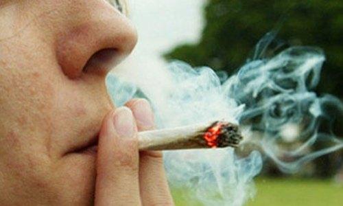 Fumando porro en la calle
